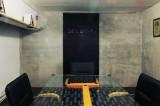 Черная переговорная комната
