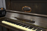 Пианино в общей зоне коворкинга